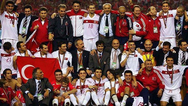 Ay-yıldızlı ekibin en büyük başarıları, 2002 FIFA Dünya Kupası üçüncülüğü ve 2008 Avrupa Futbol Şampiyonası yarı finali kadrolarında yer alan Emre, milli formayı 101 kez giydi.