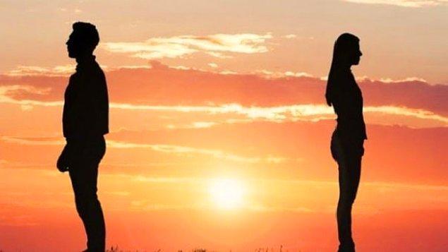 Eski sevgilinin yeni sevgili yaptığını öğrendin, onu rezil rüsva edip çenesini kapatacak önemli bir sırrı biliyorsun. Ne yaparsın?