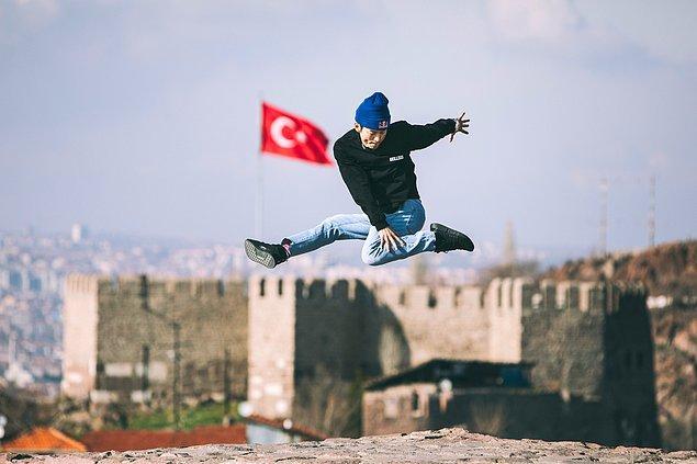 Red Bull BC One Cypher Türkiye jürilerinden B-Boy Hong 10, Ankara silüetini arkasına alarak poz veriyor