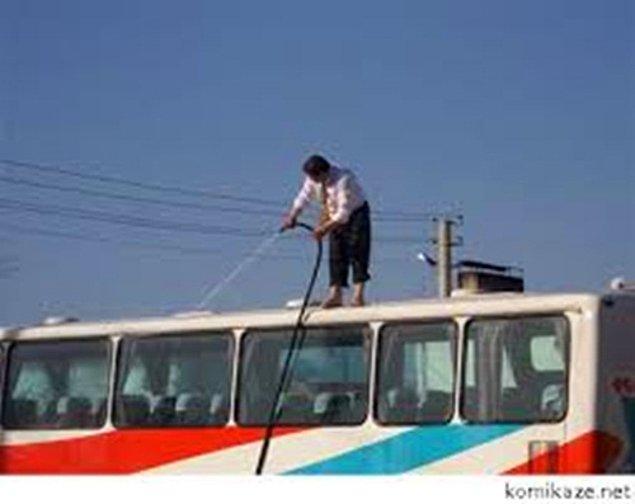 28. Mola yerinde otobüsü yıkayan terminal çalışanı.