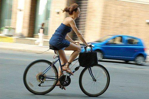 """55. """"Şort tişörtle toplum içinde koşabilmek, bisiklet sürmek."""""""
