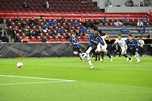 3. dakikada ani gelişen atakta açık alanda topla buluşan Lukaku, geçtiği Diego Carlos tarafından ceza sahasında düşürüldü. Hakem Makkelie bunun üzerine penaltı noktasını işaret etti. Topun başına geçen Lukaku, 5. dakikada Inter'i 1-0 öne geçirdi.