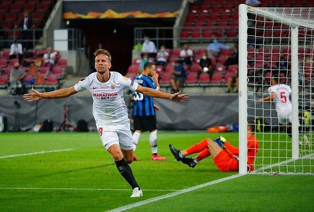 12. dakikada Sevilla, Navas'ın sağ kanattan ortasına, De Jong'un ileri doğru atlayarak yaptığı kafa vuruşuyla fileleri havalandırıp, skoru eşitledi.