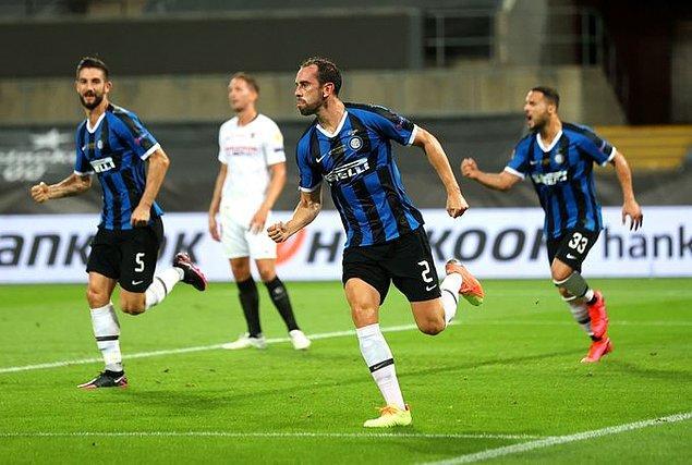 36. dakikada skora yine denge geldi. Brozovic'in kullandığı serbest vuruşta topa iyi yükselen Godin, kafa vuruşuyla Inter'in soyunma odasına 2-2 eşitlikle gitmesini sağladı.
