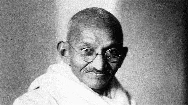 Gandhi, ihtiyacı olanlara kendi gözlüklerini vermesiyle de tanınıyordu.