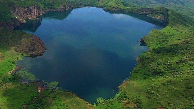 Tarihler 21 Ağustos 1986 yılını gösterdiğinde, Kamerun'da sönmüş bir volkan krateri olan Nyos Gölü'nde dünyada daha önce hiç görülmemiş bir olay yaşandı.