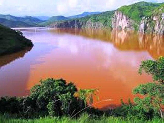 Sönmüş bir volkan krateri olan Nyos Gölü'nün altında yıllar boyunca kaynayan magma yüzünden gölün dibine karbondioksit gazı sızıyordu.