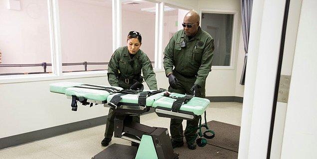 Mahkuma uygulanan iğneler, kesinlikle bir tıp uzmanı tarafından verilmez. Bu işi gardiyanlar üstlenmektedir. Bu yüzden çoğu enjeksiyonda çeşitli sorunlar meydana gelebilir.