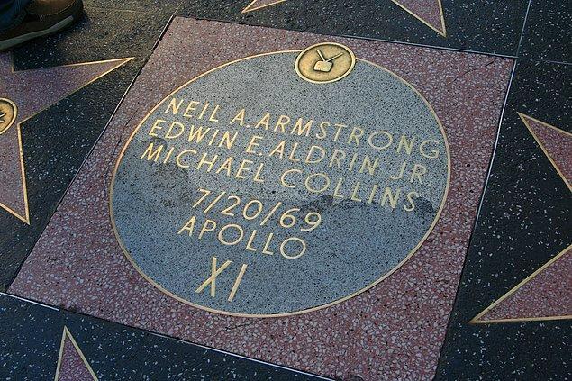6. Neil Armstrong ve diğer Apollo 11 astronotlarının isimleri Hollywood Yıldızlar Geçidi'ne yıldız yerine Ay şeklinde işlenmiştir.