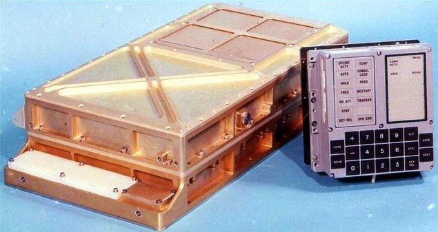 8. Apollo 11'i Ay'a indiren bilgisayarın gücü bugünkü hesap makinelerininkinden daha azdı. İnişten birkaç dakika önce de çok iş yükünden dolayı sıkıntı yaşamıştı.