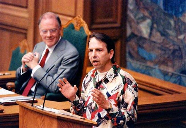 11. Danimarka'da bir komedyen şaka olsun diye seçimlere girmiş, parlamentoda koltuk sahibi olmuştu.
