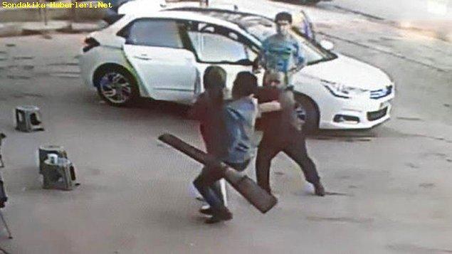 Görüntülerde can havliyle kendisini oto yıkamacıya atan kadının peşinde, elinde pompalı tüfekle kovalayan bir adam olduğu görülüyor.