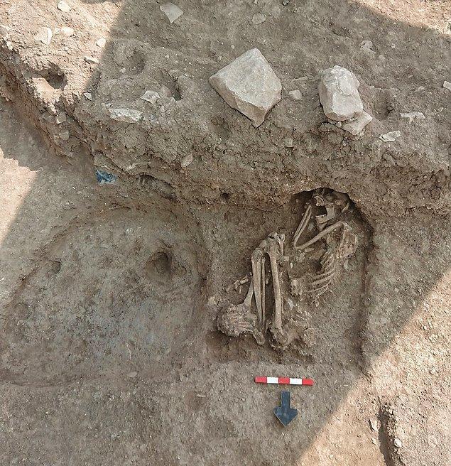 Alanda yapılan kazı çalışmalarında kemik ve taşlardan yapılmış aletlerin yanı sıra ilk kez insan iskeletine ulaşıldı.