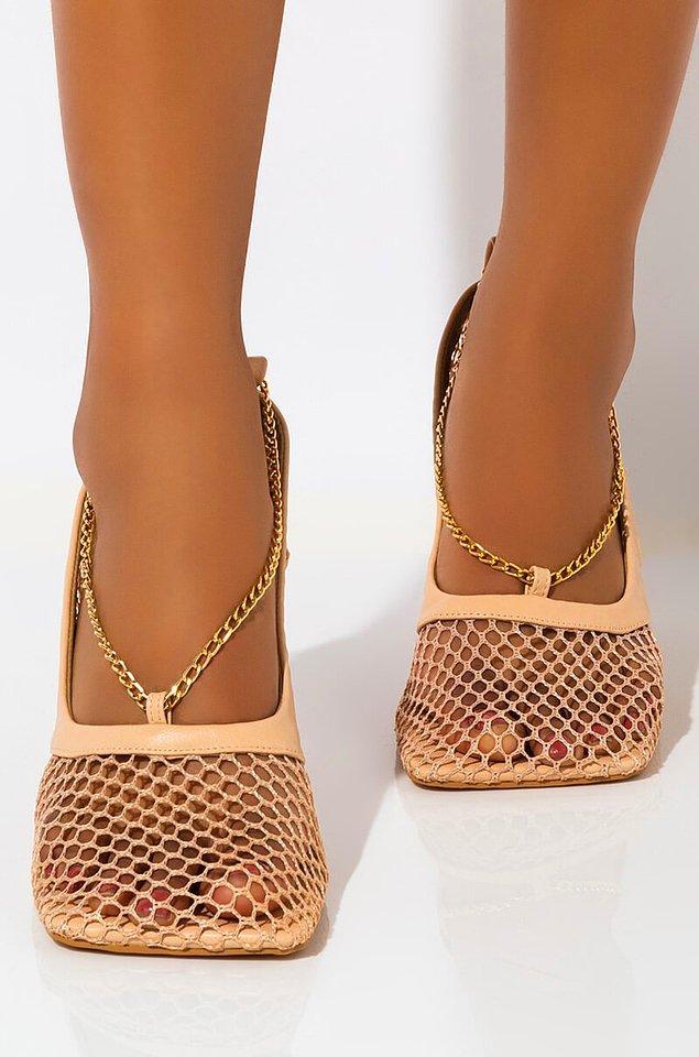 Sadece spor ayakkabılarda değil, tüm ayakkabı tasarımlarında son dönemde ekstra bir tuhaflık söz konusu.