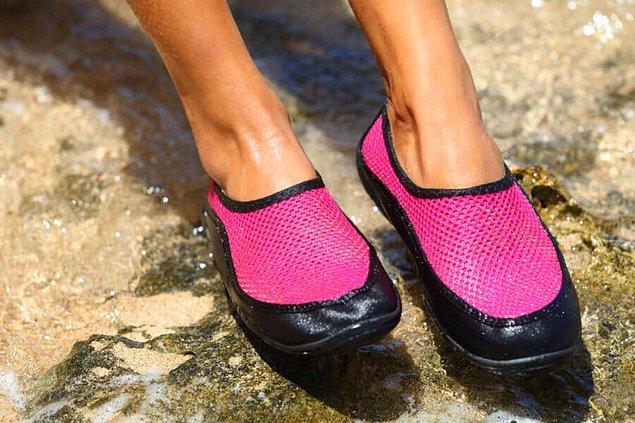 Denize girerken ayaklara taş, diken batmasın diye giyilen plastik ayakkabıların bile bir gün moda olacağı kimin aklına gelirdi?