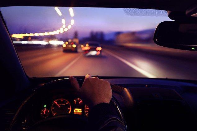 8. Geceleri kara yolunda karşı yönden gelen sürücülerin gözlerini kamaştırmamak için hangi ışıkların yakılması zorunludur?
