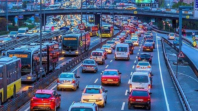 14. Aşağıdakilerden hangisi trafik ortamında riskli davranış olarak değerlendirilmez?