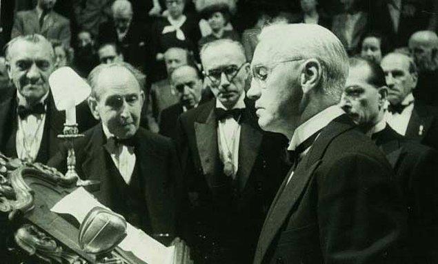 Fleming 1945'te Nobel Ödülü'nü kabul ederken penisilinin yanlış kullanımının bakteriyel dayanıklık oluşturabileceğini söylemişti.