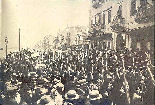 15 Mayıs 1919'da İtilaf Devletleri'nin izniyle Yunan Ordusu İzmir'e çıkarma yaptı.