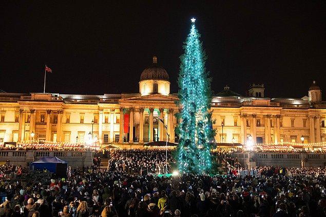 2. Norveç, Nazi işgaline karşı İngiltere'nin verdiği yardımı anmak için her yıl Noel sezonu Trafalgar Meydanı'nda dikilmek üzere İngiltere'ye, yaklaşık 20 metre yüksekliğinde bir ladin ağacı gönderiyor.