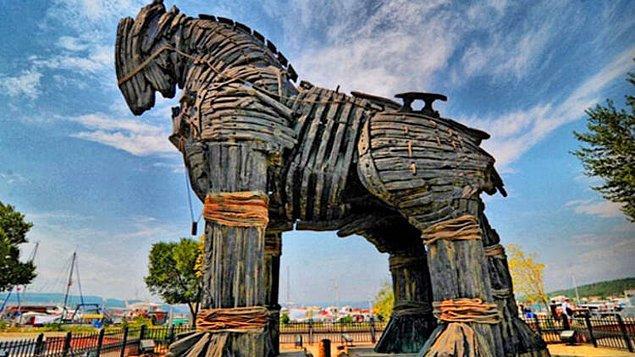 5. Truva Atı M.Ö. 1180'lerde Yunanlıların 10 yıllık bir kuşatmayı sona erdirmek amacıyla şehre girme aracı olarak hediye edildi.