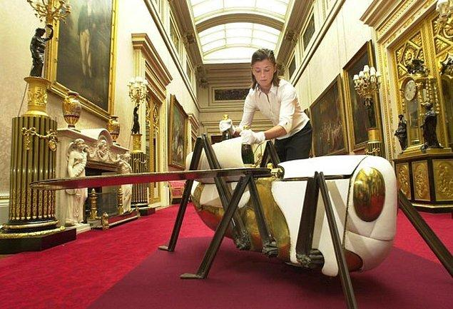10. Siyasi önemi olmamasına rağmen, Fransız Başkan Pompidou'dan İngiltere Kraliçesine verilen çekirge şeklindeki şarap soğutucusu listede tuhaflığı ile yer alıyor.