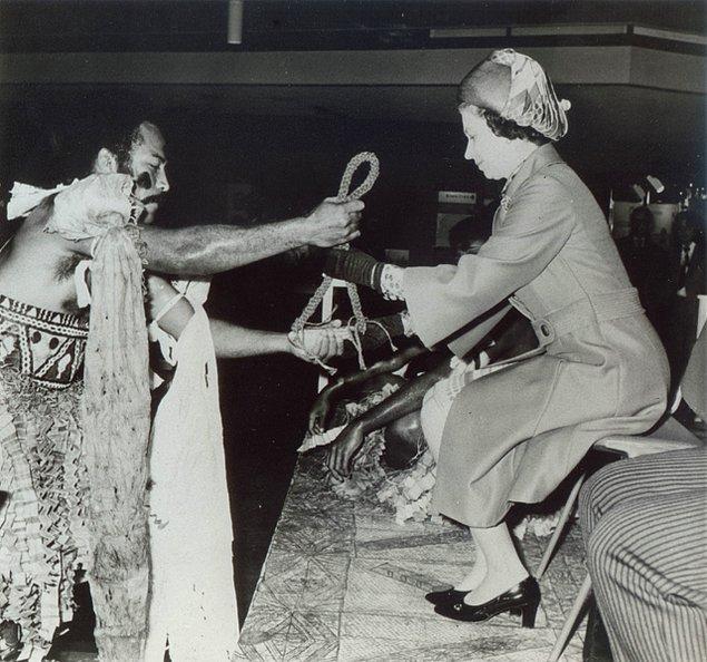 12. 1977'de Kraliçe Fiji'yi ziyaret ettiği sırada, yerel şefler geleneksel bir tören hazırladı.
