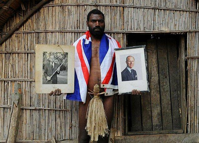 8. 2010 yılında, Güney Pasifik adası Tanna'da yaşayan ve Prens Philip'e Tanrıymış gibi tapan bir kabile, prense, kendi yöresel penis kılıflarından hediye etti.