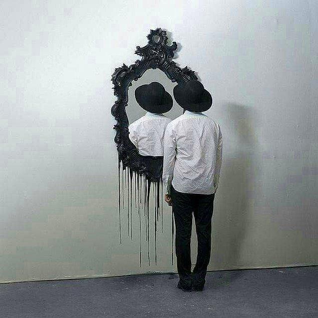 Aynadakine bakmak başka, aynadakini görmek başka, aynadaki olmak bambaşkadır.