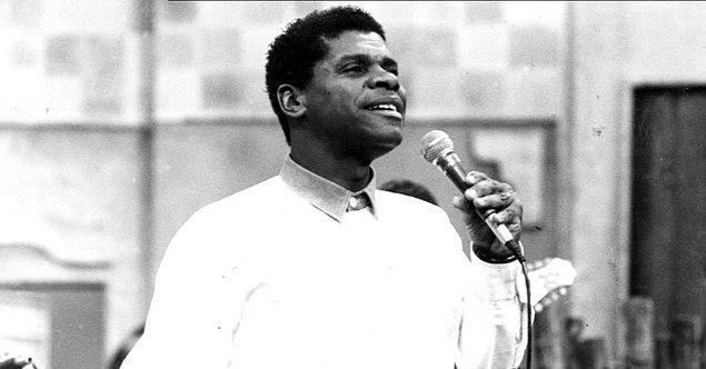 1970'ler... Genç bir adam şarkı söylüyor.