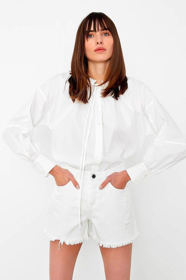 8. Etek, şort ve pantolonlarla kombinleyebileceğiniz beyaz gömlek de indirimdekiler arasında. Sezonda 359 TL olan gömlek şu anda sadece 107 TL!