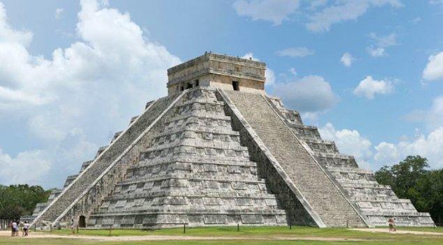 4. Tapınağın her 4 merdiveninde toplamda 91 basamak bulunur. Toplam basamak sayısı burada 364'tür.  Piramidin tepesindeki tüm merdivenleri birleştiren taban platformu ile birlikte toplam sayı 365 olur. Bu da bir yıldaki gün sayısına eşittir.