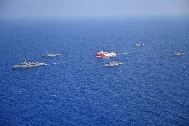 Söz konusu bölge üzerinde hak iddia eden Türkiye ve Yunanistan, bir süredir savaş gemilerini hak iddia ettikleri bölgede yüzdürüyor.
