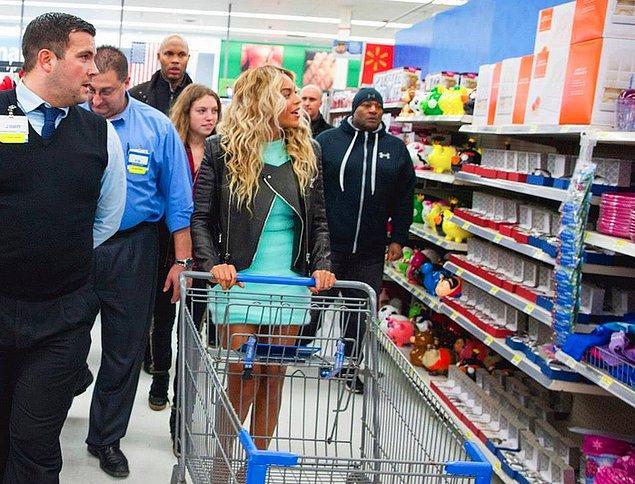 14. Walmart'a karşılık vermek için mağazaya gitti ve mağazadaki 750 kişiye 50 dolarlık hediye çeki verdi...