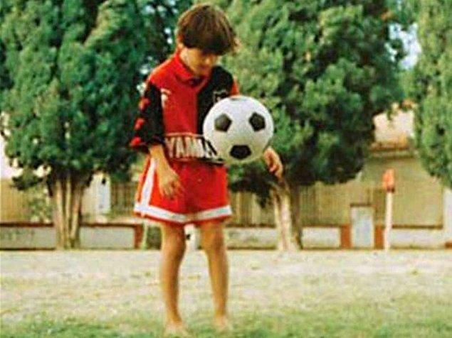 """Annesinin anlattığına göre, ''Onu bakkala gönderdiğimde Leo her zaman topunu da yanına alırdı"""" ve kardeşi Matias şöyle ekliyor: """"Eğer topu yoksa da plastik çantalardan ya da çoraplardan kendine bir top yapardı."""""""