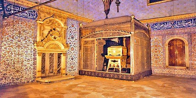 1517 yılında Haremeyn emiri tarafından Yavuz Sultan Selim'e takdim edilen Kutsal Emanetler İstanbul'a getirildi.