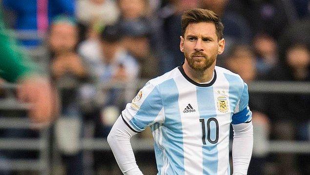 Arjantin Milli Takımı formasıyla 2006 FIFA Dünya Kupası'na katıldı. Ayrıca kariyerinin ilk yılları olan 2007 yılında da Copa América'da ikincilik yaşadı.