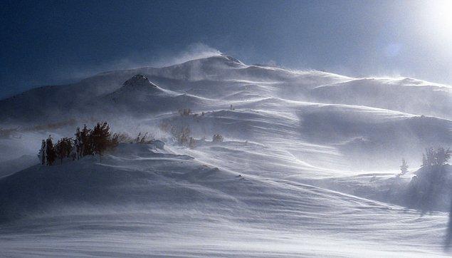 Güçlü fön rüzgarı, günde yaklaşık 30 cm derinliğinde olan kar kalınlığını yok edebilir.