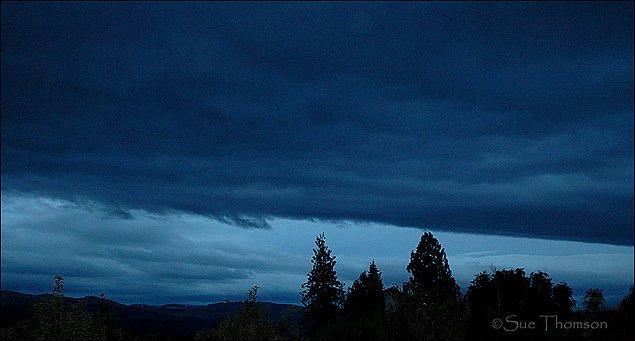 Gözünde canlandıramayanlar için görseldeki buluta benzer görüntüyle karşılaşan kişiler, durumu tehdit edici bir fırtına bulutu zannedebilir.