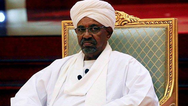 1989 yılında Beşir'in yönetimi ele geçirmesinin ardından sert bir İslami yönetim şekline geçen Sudan, bu tarihte başlayan uluslararası izolasyonu geride bırakıyor.