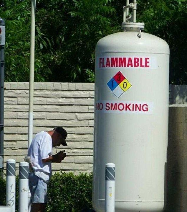 13. Sigara içilmez yazısının altında sigara içecek kadar ne yaşamış olabilirsin be amcam?