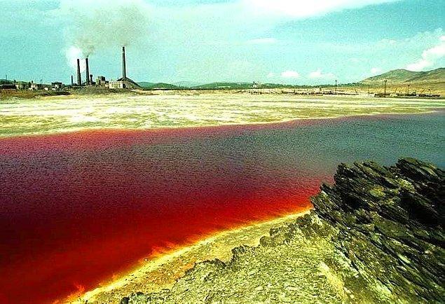 4. Dünyadaki en kirletilmiş yer Rusya'daki Karaçay Gölü'dür. 1990 yılında gölün kıyısında geçirdiğiniz 1 saat ölümcül olan 600 doz röntgeni almanıza neden olurdu.
