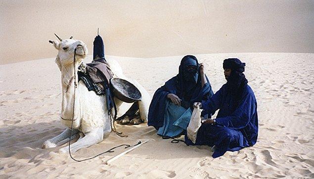 10. Sahra Çölü'nün ortasında yaşayan Tuareg topluluğunda 1.2 milyon erkek peçe takarken, kadınlar takmamaktadır. Bu toplulukta kadınlar okuma yazma bilirken erkeklerin çoğu bilmez. Bu topluluk ayrıca Müslümandır.