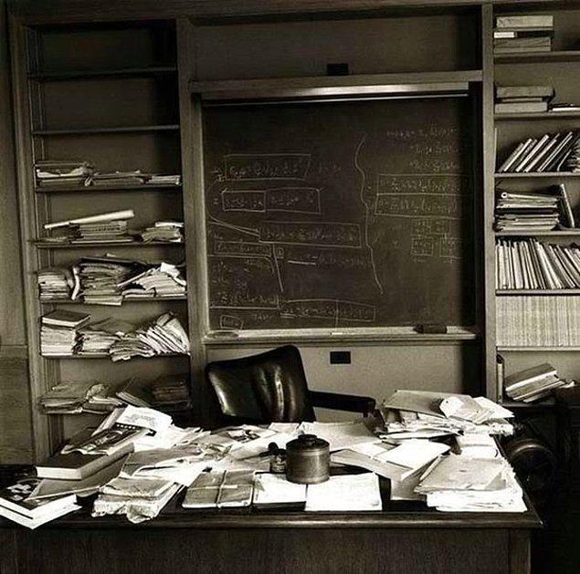 1. Öldüğü günde Einstein'ın çalışma odası.