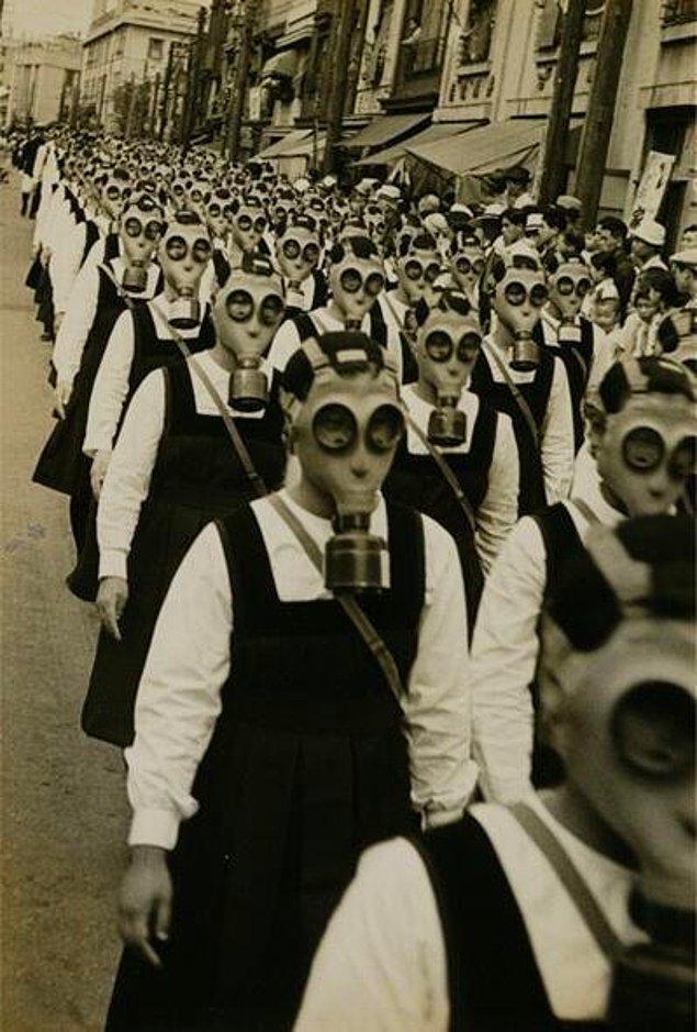 2. Bunlar askerler değil, İkinci Dünya Savaşı sırasında okula giden çocuklar.