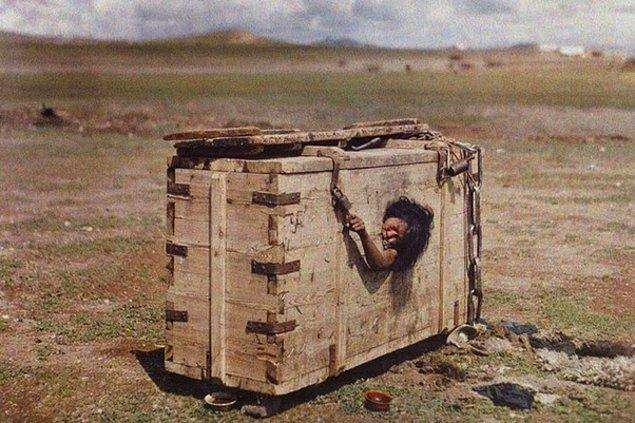 5. Suçlu Moğol kadın, cezasını çekmek üzere aç bırakılıyor ve insanların hakaretlerine uğruyor, 1913.