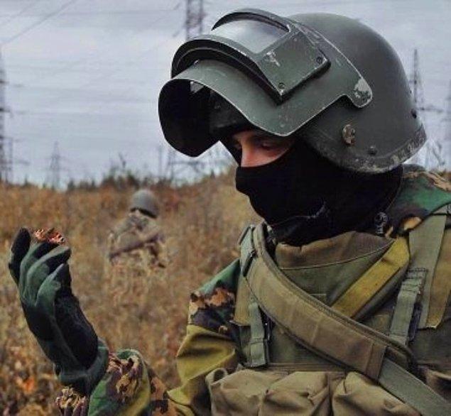 10. Rus askeri parmaklarının arasında bir kelebek tutuyor.