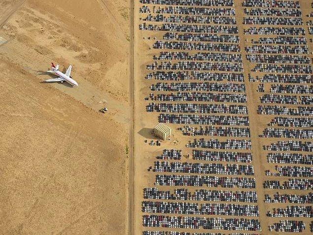 Kaliforniya'daki Mojave Çölü'nde 350 binden fazla da araba bulunuyor.