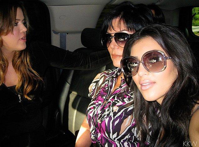 4. Kız kardeşi hapse girerken Kim'in arabada sürekli selfie çekilmesi...