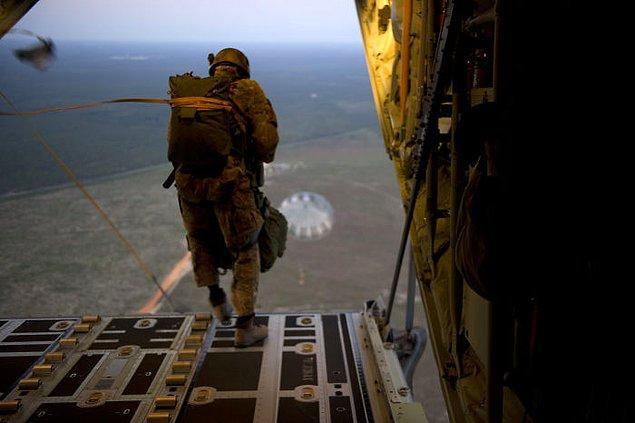 9. Bir insanın paraşütsüz hayatta kalabileceği en yüksek atlayış maksimum 33.300 fittir.